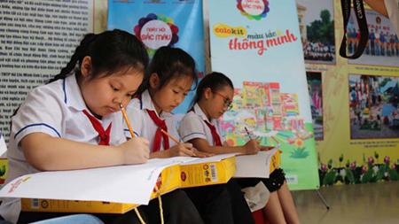 Các em thiếu nhi tỉnh Lạng Sơn say sưa vẽ tranh Vườn trường mơ ước của em