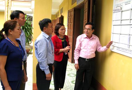 Công tác đôn đốc, kiểm tra giám sát CCHC năm 2017 được tỉnh quan tâm. (Ảnh: Đoàn công tác của tỉnh kiểm tra công tác CCHC tại huyện Văn Yên).