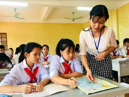 La Thanh Hoài (giữa) trong tiết học môn Địa lý của cô giáo chủ nhiệm Đinh Thị Phương.