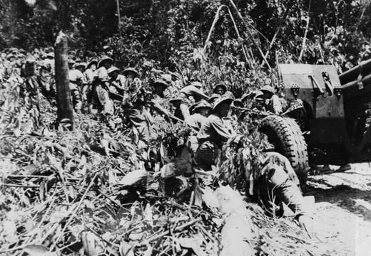 Bộ đội ta kéo những khẩu pháo nặng hàng chục tấn vượt núi, xuyên rừng vào chiến trường Điện Biên Phủ.  (Ảnh: Tư liệu)