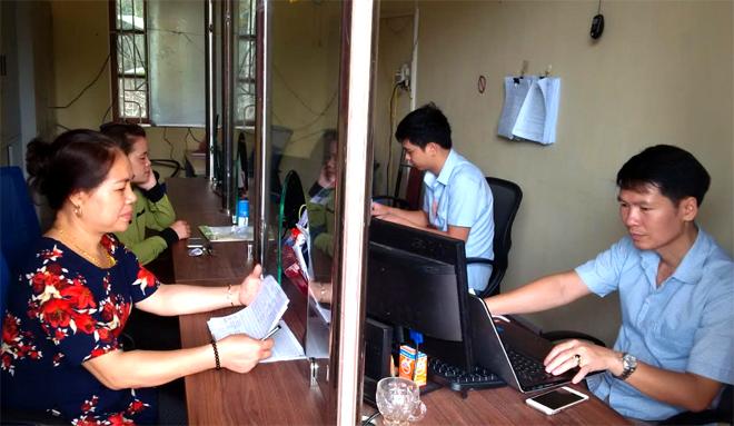 Cán bộ BPPVHCC xã Minh An, huyện Văn Chấn sử dụng CNTT giải quyết công việc cho người dân.