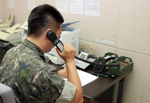 Binh sĩ Hàn Quốc liên lạc với người đồng cấp Triều Tiên qua đường dây nóng quân sự.