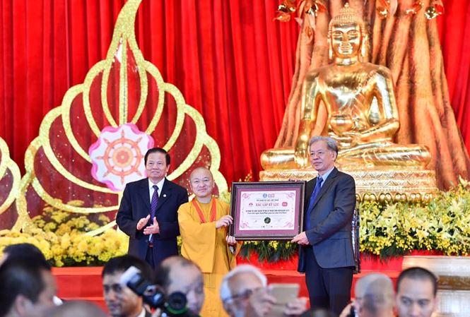 Thượng tọa Thích Nhật Từ, Phó Tổng Thư ký Ủy ban Tổ chức Quốc tế ICDV-Vesak 2019 đại diện BTC nhận kỷ niệm chương từ Hội Liên Minh Kỷ lục thế giới và Kỷ lục gia Việt Nam.