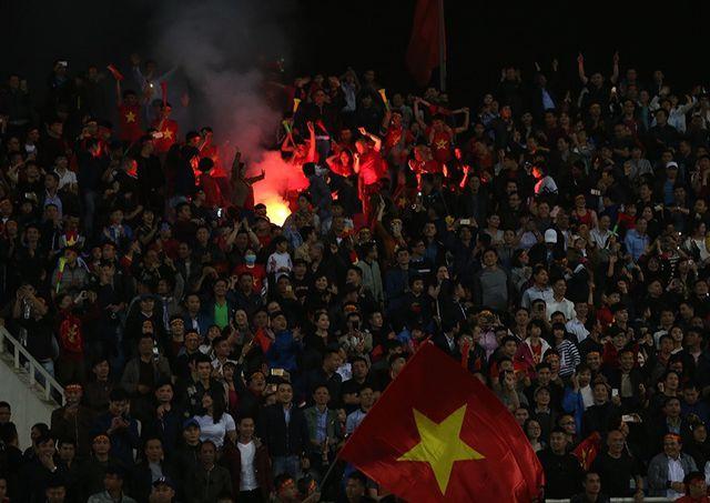 Pháo sáng xuất hiện ở hai trận đấu U23 Việt Nam gặp Indonesia và Thái Lan.