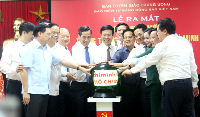 Các đại biểu nhấn nút phát mạng giao diện mới Trang Thông tin điện tử Hồ Chí Minh.