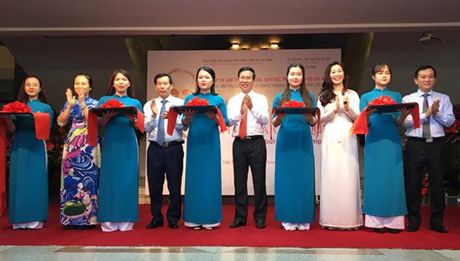 Trưởng ban Tuyên giáo Trung ương Võ Văn Thưởng cắt băng khai mạc triển lãm.