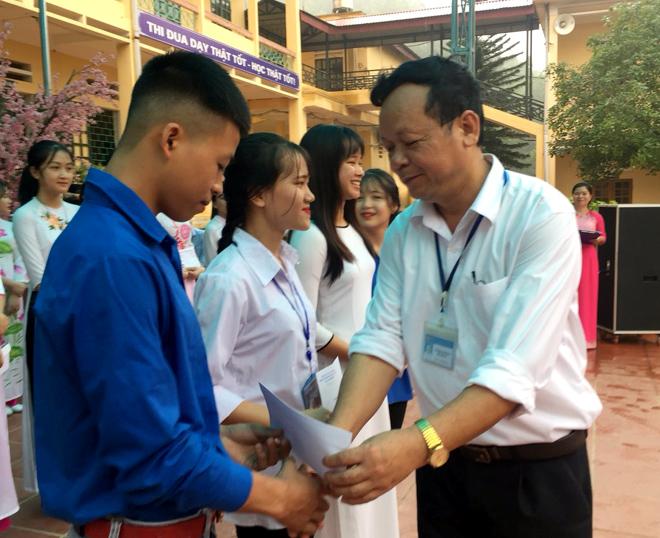 Thầy Hiệu trưởng Nguyễn Xuân Tuyên trao thưởng cho các tiết mục đạt giải cao trong Hội thi kể chuyện và hát về Bác Hồ do nhà trường tổ chức.