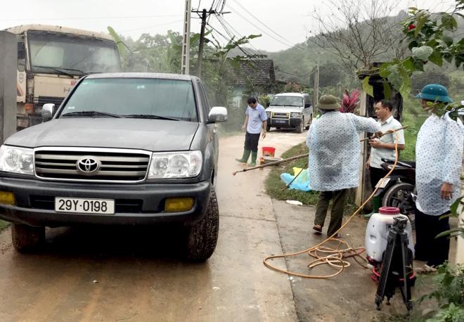 Phun tiêu độc khử trùng tại chốt kiểm dịch thị trấn Nông trường Trần Phú, huyện Văn Chấn. (Ảnh: Mạnh Cường)