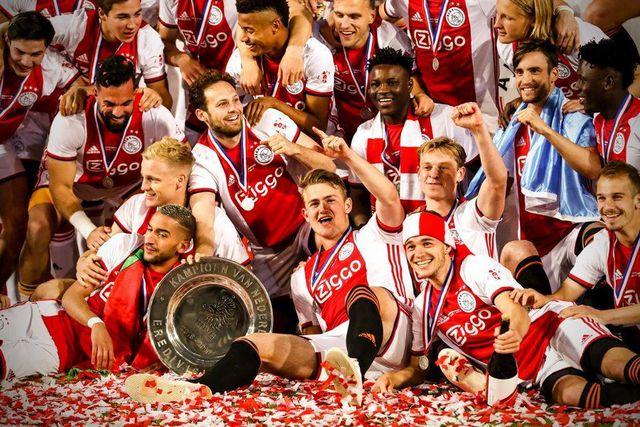 Các cầu thủ Ajax Amsterdam ăn mừng với chiếc cúp vô địch quốc gia Hà Lan, danh hiệu cúp quốc nội thứ 2 họ giành được ở mùa giải này.