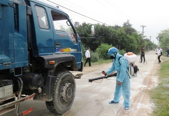 Lực lượng chức năng phun thuốc khử trùng phòng chống dịch bệnh trên đàn lợn ở Quảng Nam.