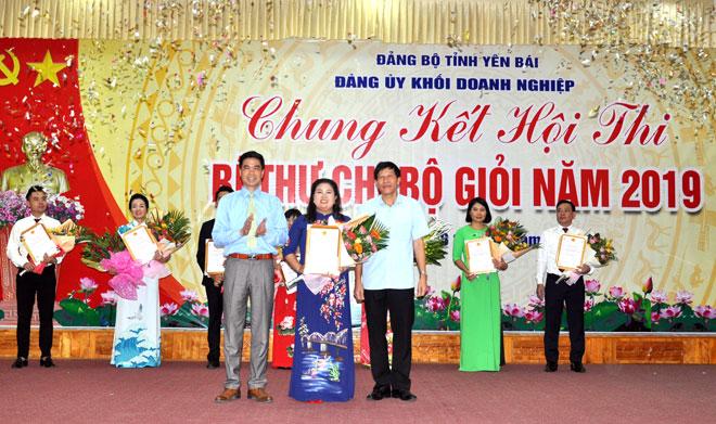Ban Tổ chức trao giải Nhất cho thí sinh Nguyễn Thu Hằng - Đảng bộ Bưu điện tỉnh.