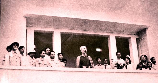 Bác Hồ nói chuyện với đồng bào các dân tộc Yên Bái tại sân vận động thị xã Yên Bái ngày 25/9/1958.