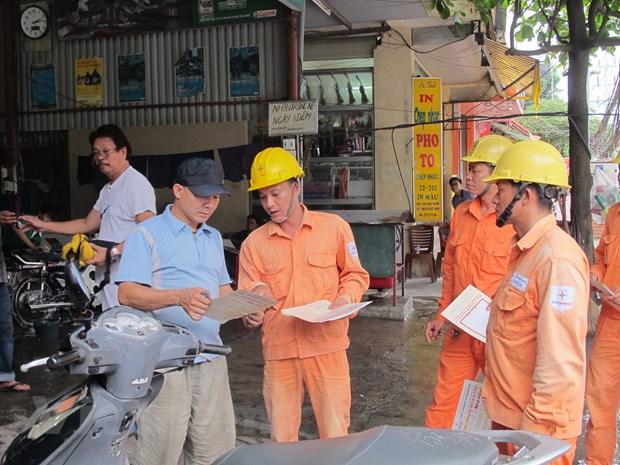 Nhân viên EVN Hà Nội tuyên truyền sử dụng điện an toàn, tiết kiệm.
