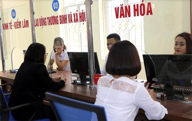 Cán bộ Bộ phận Phục vụ hành chính công thành phố Yên Bái giải quyết TTHC cho người dân.
