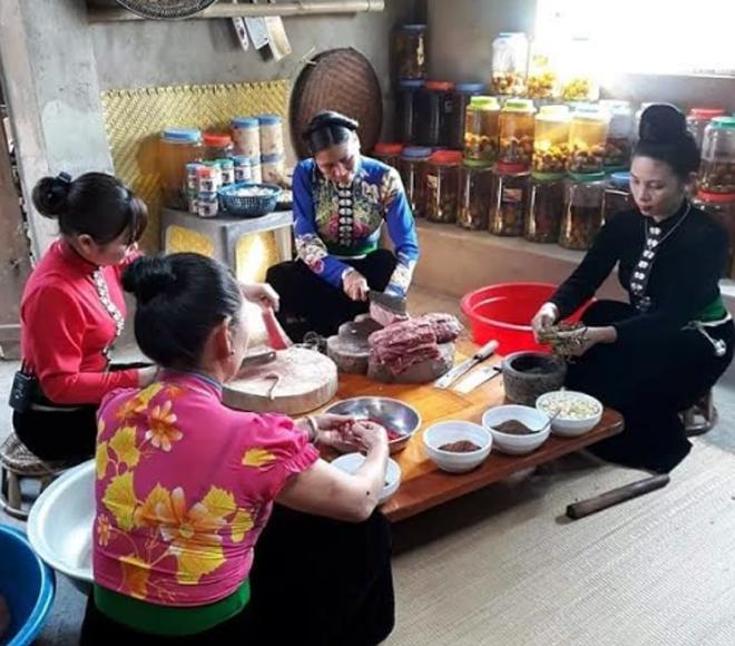 Thịt hun khói Mường Lò được tẩm ướp nhiều gia vị đặc trưng của vùng núi Tây Bắc.