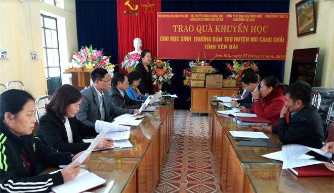 Đoàn công tác của Hội Khuyến học tỉnh làm việc và trao quà cho các trường vùng cao Mù Cang Chải.
