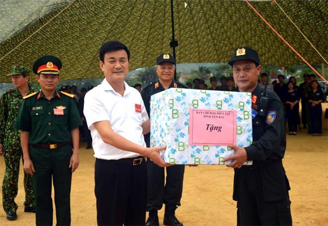 Đồng chí Nguyễn Chiến Thắng - Phó Chủ tịch UBND tỉnh, Trưởng ban Chỉ đạo diễn tập tỉnh tặng quà động viên lực lượng thực binh A2