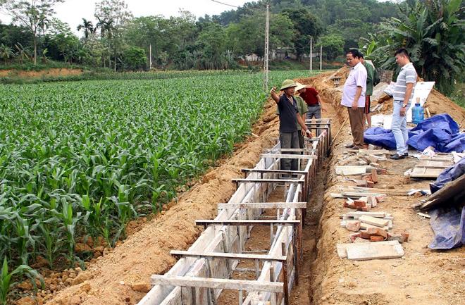 Lãnh đạo xã Văn Tiến kiểm tra thi công công trình kênh mương thủy lợi tại thôn Ngòi Sen.