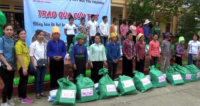 """Câu lạc bộ """"Kết nối yêu thương"""" trao quà cứu trợ cho xã Thạch Lương."""
