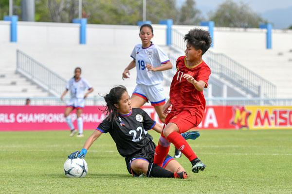 Một pha bóng trong trận tranh HCĐ giữa U15 nữ Việt Nam (áo đỏ) và U15 nữ Philippines.