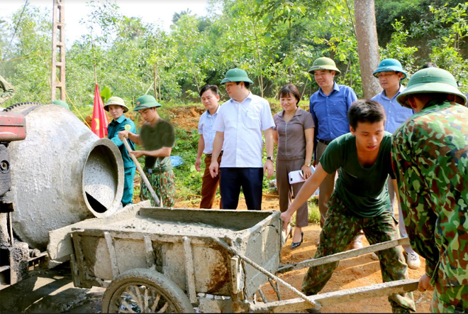 Lãnh đạo huyện Yên Bình kiểm tra tiến độ làm đường GTNT tại xã Đại Đồng.