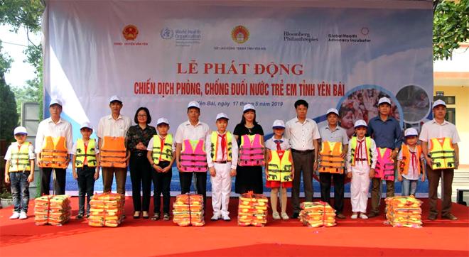 Lãnh đạo Sở LĐTB&XH và UBND huyện Văn Yên tặng áo phao cho các trường tiểu học tại Lễ phát động chiến dịch phòng, chống đuối nước cho trẻ em tỉnh Yên Bái năm 2019.