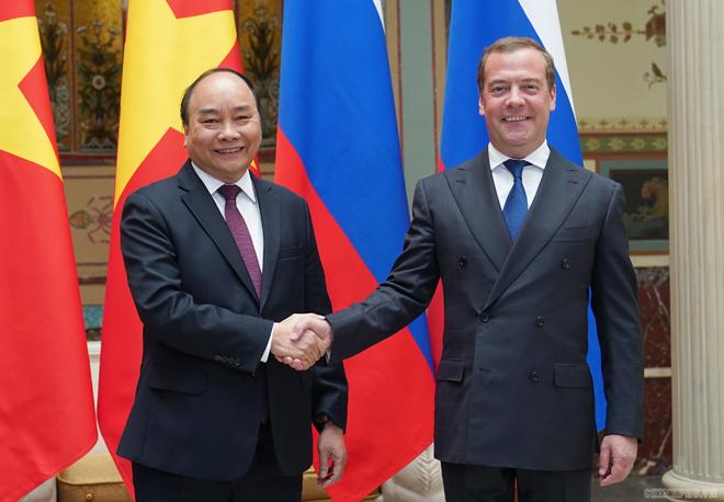 Thủ tướng Nguyễn Xuân Phúc bắt tay Thủ tướng Nga Dmitry Medvedev trước hội đàm.