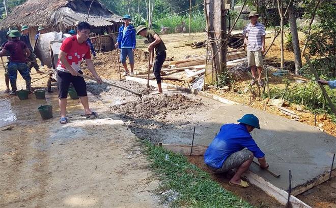 Người dân tham gia làm đường giao thông nông thôn ở thôn Phú Cường, xã Xuân Long.