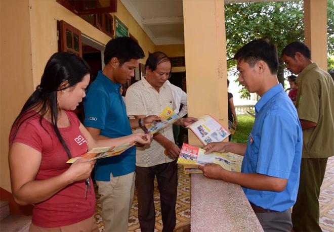 Người dân huyện Văn Chấn tìm hiểu pháp luật qua tài liệu.