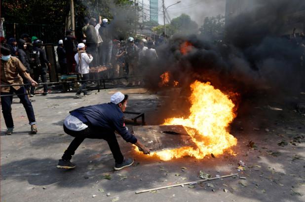 Người biểu tình đốt phá đồ đạc trên đường phố.