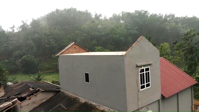 Một ngôi nhà ở xã Minh Quán, huyện Trấn Yên đã bay mất phần mái lợp sau trận giông lốc đêm 29/4.