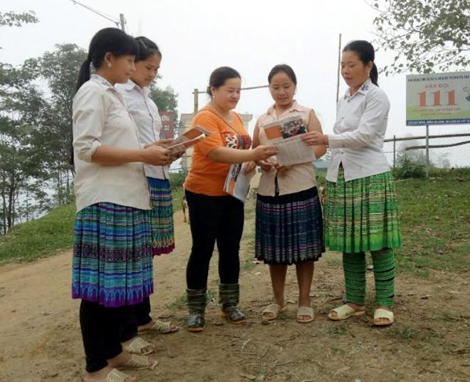 Cán bộ MTTQ xã Pá Hu tuyên truyền, vận động nhân dân thực hiện nếp sống văn hóa.