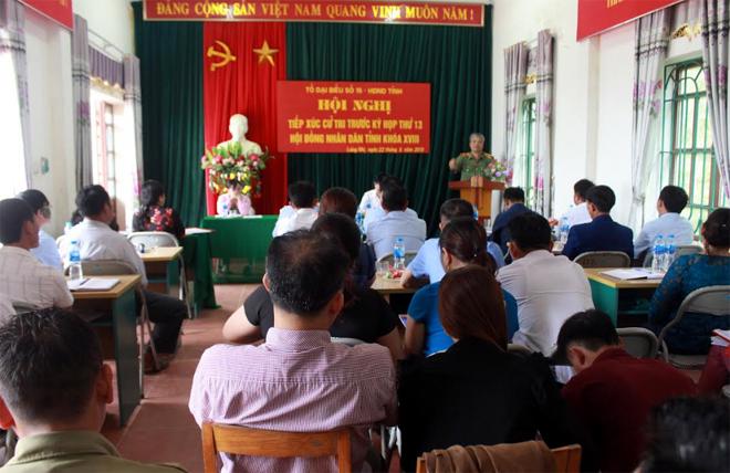 Quang cảnh buổi tiếp xúc cử tri tại xã Phình Hồ.