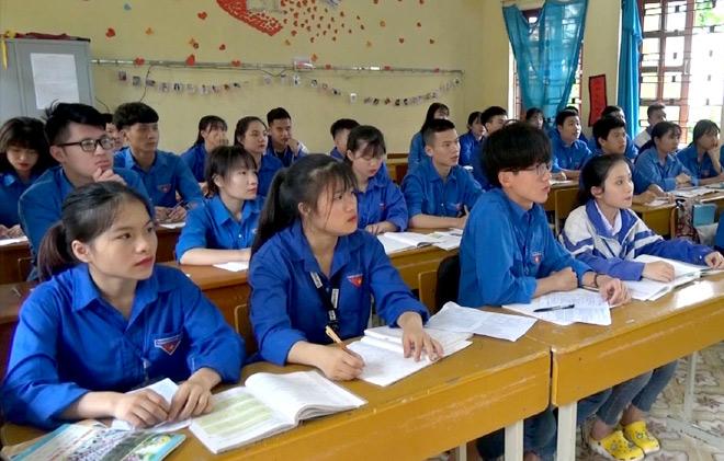 Học sinh lớp 12 Trường THPT Nghĩa Lộ đang tập trung ôn tập.