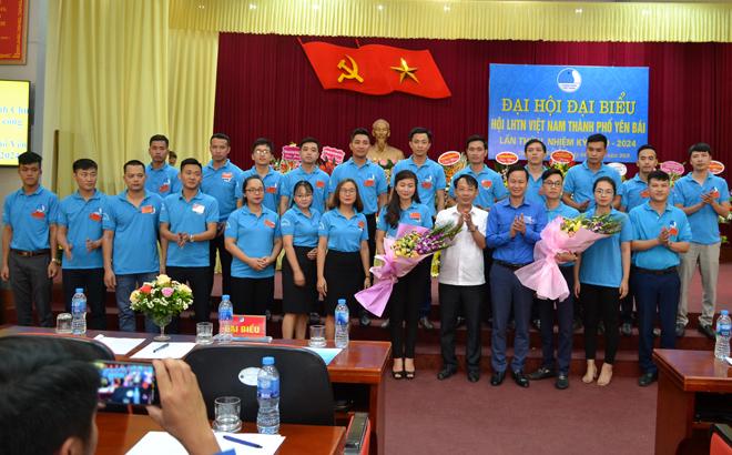 Lãnh đạo thà nh phố và Hội LHTN tỉnh tặng hoa Ban Chấp hà nh Hội LHTN Việt Nam thà nh phố Yên Bái khóa V nhiệm kỳ 2019 - 2024.