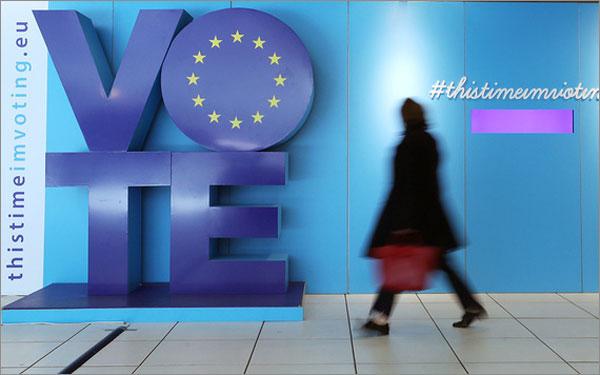 Một phụ nữ đi ngang biển quảng cáo bầu cử Nghị viện châu Âu đặt ở nhà ga Schuman, Bỉ ngày 22/5