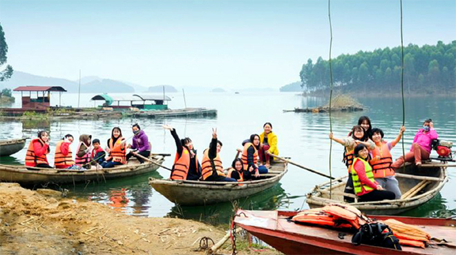 Khách du lịch tham quan vùng hồ Thác Bà.