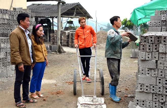 Mô hình kinh doanh vật liệu xây dựng của đồng chí Nguyễn Văn Khát - Phó Bí thư Chi bộ, Trưởng thôn 4, giải quyết việc làm thường xuyên cho 10 lao động.