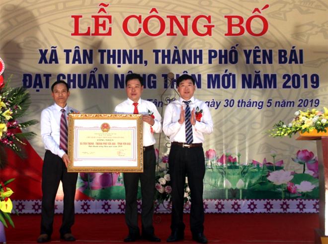 Đồng chí Nguyễn Phúc Cường – Phó Giám đốc Sở Nông nghiệp và Phát triển nông thôn trao Quyết định xã đạt chuẩn NTM cho Đảng bộ, chính quyền và nhân dân xã Tân Thịnh.