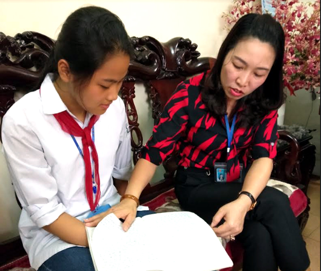 Nguyễn Thị Hà Lan chia sẻ kiến thức bài học cùng cô Hiệu trưởng.
