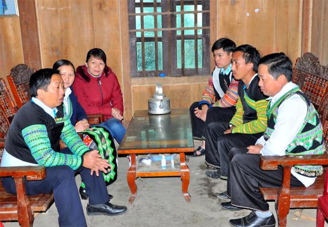 Cán bộ, đảng viên thôn Bu Cao, xã Suối Bu, huyện Văn Chấn trao đổi kiến thức, kỹ năng hòa giải ở cơ sở.