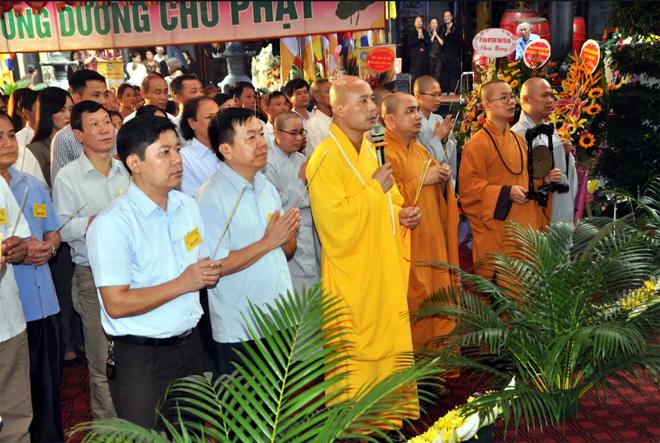 Các tăng ni, phật tử dâng hương cúng dàng chư phật tại chùa Minh Pháp, thành phố Yên Bái năm 2019.