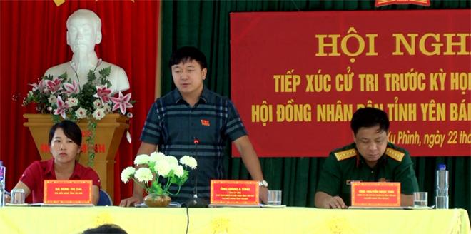 Chủ tịch Ủy ban MTTQ Già ng A Tông phát biểu tiếp thu ý kiến kiến nghị của cử tri.
