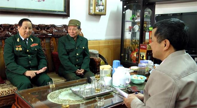 Phóng viên Báo Yên Bái trao đổi với ông Bùi Hòa Bình - Chủ tịch Hội Truyền thống - đường Hồ Chí Minh tỉnh Yên Bái (bên trái).