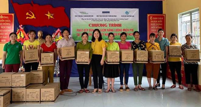 Vice Chairwoman of the Yen Bai Women's Union presents the energy saving stoves to members of the union in Luc Yen district