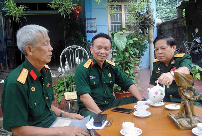 Cựu chiến binh Nguyễn Đình Khôi (bên phải) cùng các đồng đội ôn lại những ký ức trực tiếp tham gia Chiến dịch Hồ Chí Minh lịch sử.