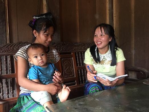 Cán bộ chuyên trách dân số Tráng Thị Nhà tuyên truyền cho người dân.