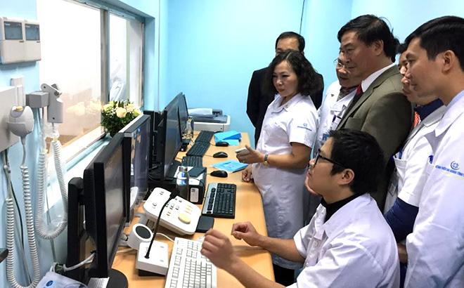 Bác sĩ chuyên khoa II Nguyễn Văn Tuyến - Bí thư Đảng ủy, Giám đốc Sở Y tế dự Lễ tiếp nhận và bàn giao hệ thống chụp mạch số hóa xóa nền tại Bệnh viện Đa khoa tỉnh Yên Bái.
