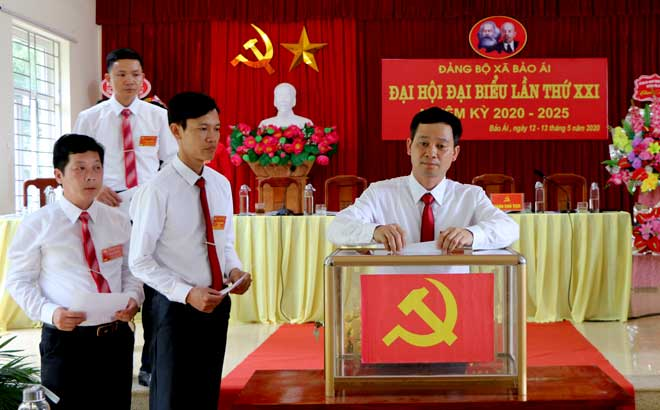 Các đại biểu bỏ phiếu bầu Ban Chấp hành Đảng bộ xã Bảo Ái, nhiệm kỳ 2020 - 2025.