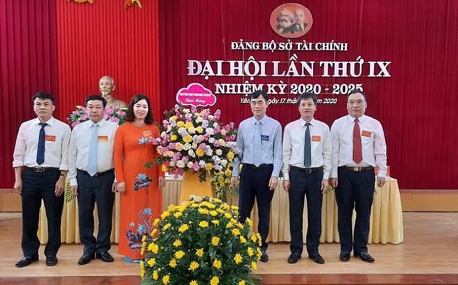 Đồng chí Đỗ Quang Minh – Phó Bí thư Đảng ủy Khối cơ quan và doanh nghiệp tặng hoa chúc mừng Đại hội.